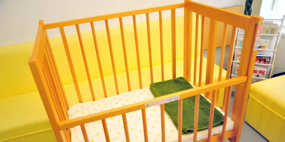 お子様のすぐ近くで施術可能です。ママが安心して施術を受けられるよう配慮しています。